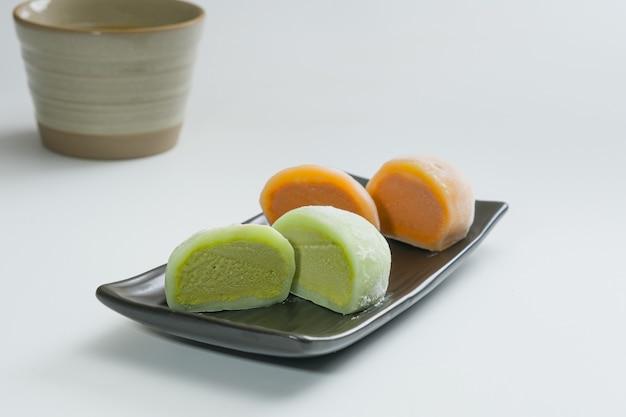 Daifukumochi ou daifuku. confeitaria japonesa composta por um pequeno mochi redondo recheado com recheio doce.