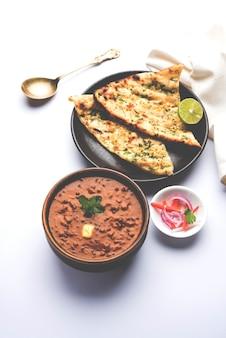 Dal makhani ou daal makhni é um alimento popular de punjab, na índia, feito com lentilha preta inteira, feijão vermelho, manteiga e creme e servido com alho naan ou pão indiano ou roti