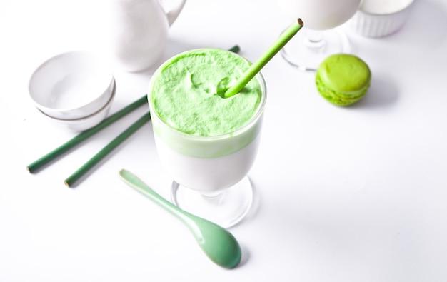 Dalgona matcha latte, chá verde matcha batido cremoso.
