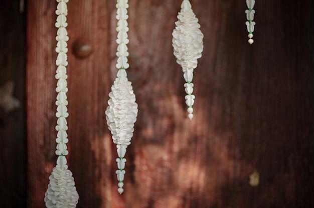 Dália decorada com cabides decorativos com piso de madeira.