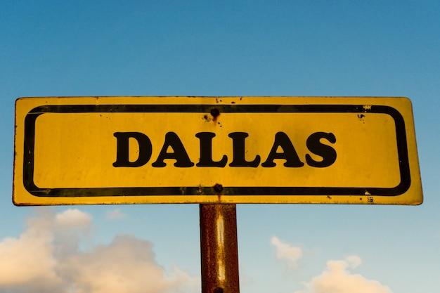 Dallas cidade velha placa amarela com céu azul