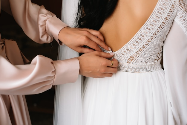 Dama de honra preparando a noiva para o dia do casamento.