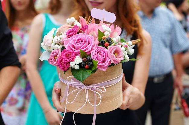 Dama de honra segurando o bouquet de noiva