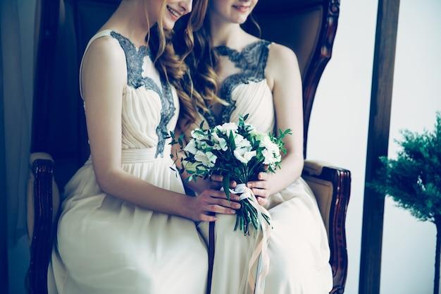 Damas de honra com buquê de casamento
