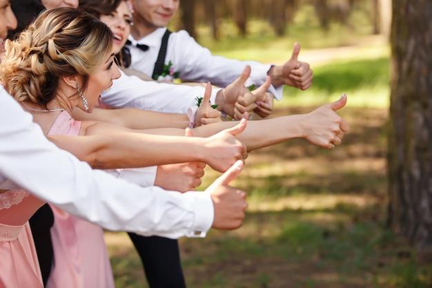 Damas de honra e noivos se divertindo no dia do casamento