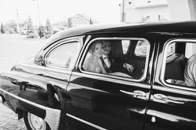 Damas de honra felizes andando em um carro