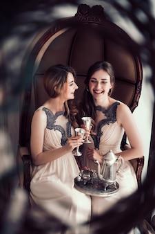 Damas de honra felizes com taças de champanhe