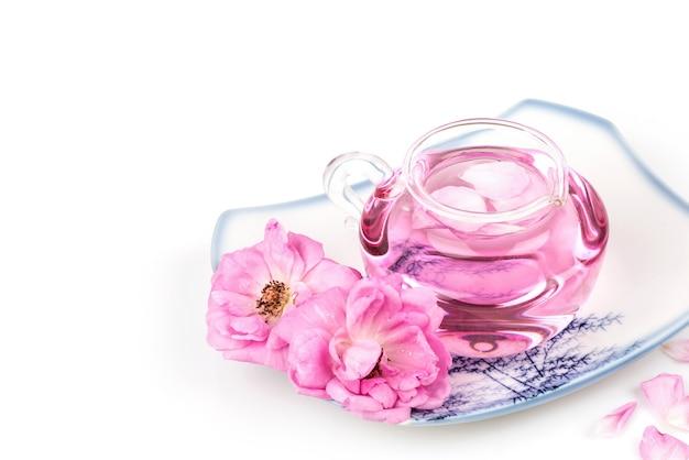 Damasco rosa e água de rosas em frasco spray isolado.