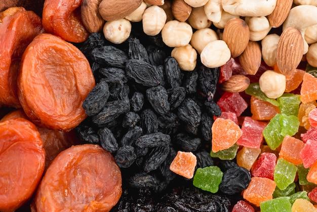 Damasco seco fresco; passas pretas; nozes e frutas secas coloridas