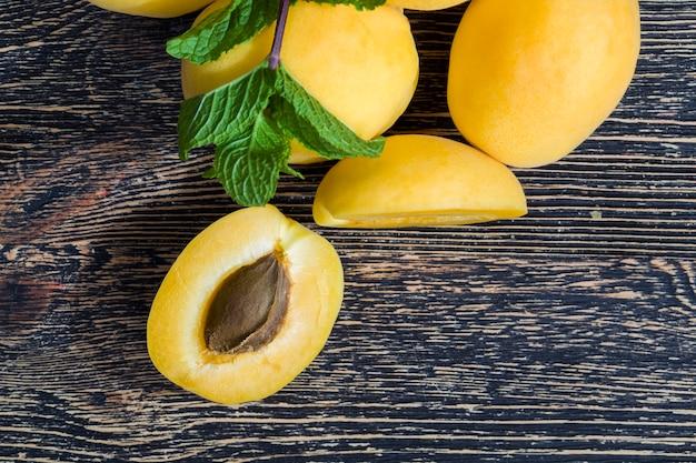Damascos caseiros amarelos cortados em pedaços para cozinhar