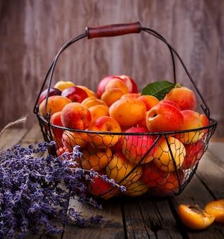 Damascos, frutas em uma cesta de metal