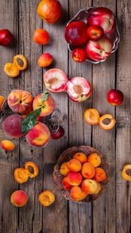 Damascos, pêssegos. frutas de verão.
