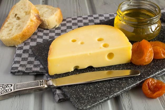 Damascos secos com queijo e mel