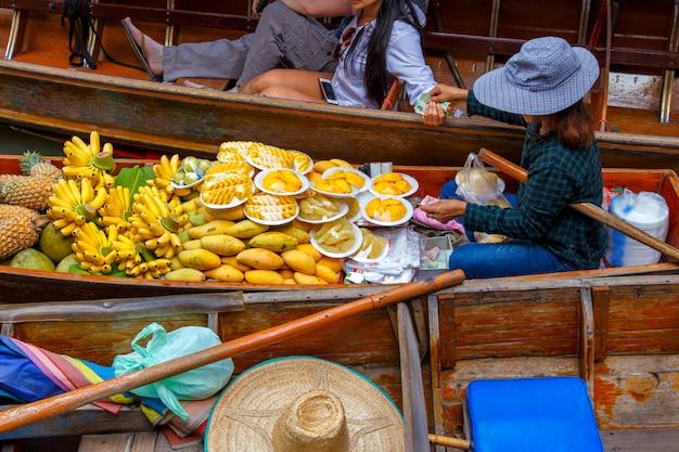 Damnoen saduak mercado flutuante em ratchaburi perto de bangkok, tailândia