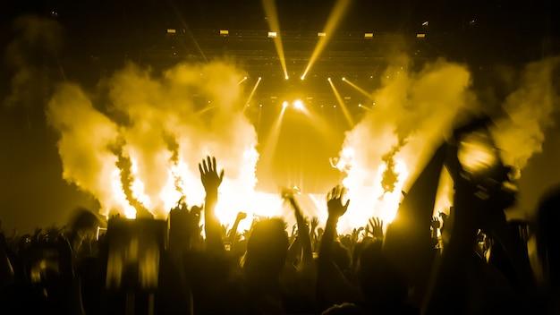 Dança de pessoas felizes no concerto de festa de boate