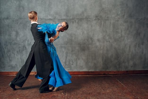 Dança de salão. jovem casal lindo dançando tango.