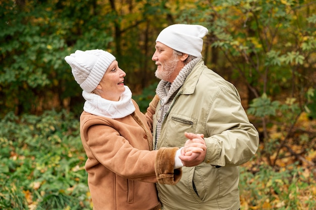 Dança do amor do outono com casal sênior
