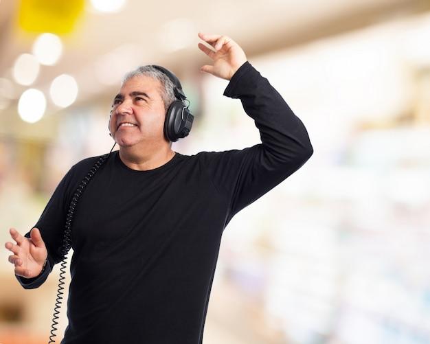 Dança do homem e ouvir música