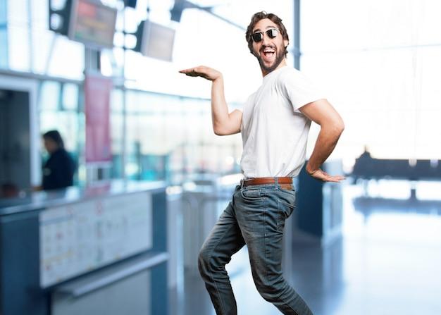 Dança engraçada cara com fundo borrado