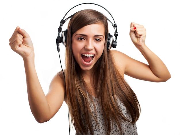Dança feliz da menina enquanto ouve música