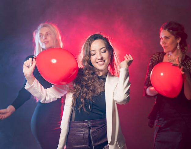 Dança feminina enquanto hoding balões