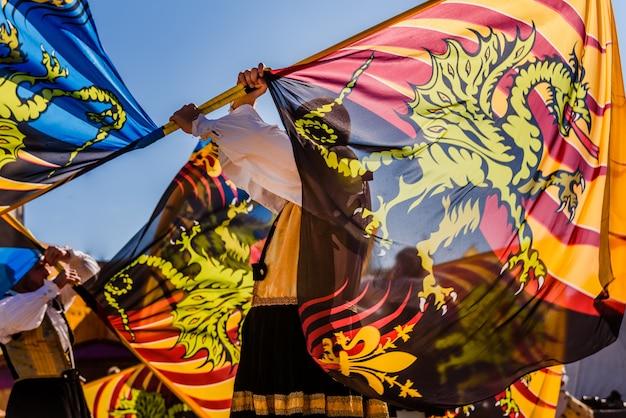 Dança italiana tradicional da bandeira-wavers sbandieratori fazendo acrobacias jogando suas bandeiras coloridas no ar.