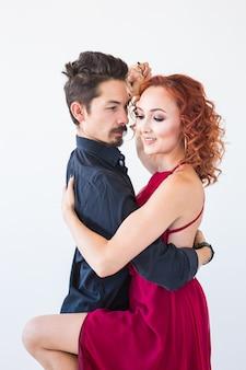 Dança social, bachata, kizomba, salsa, conceito de tango - feche o retrato de um homem vestido de mulher