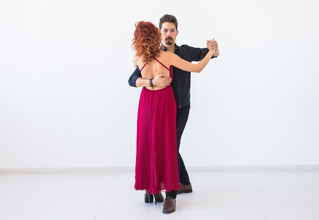Dança social, romântica, conceito de gente - casal dançando salsa, kizomba ou tango na parede branca com espaço de cópia
