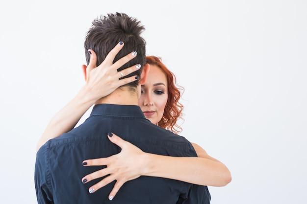 Dança social, romântica, conceito de pessoas - casal dançando bachata no estúdio, homem abraçando a mulher