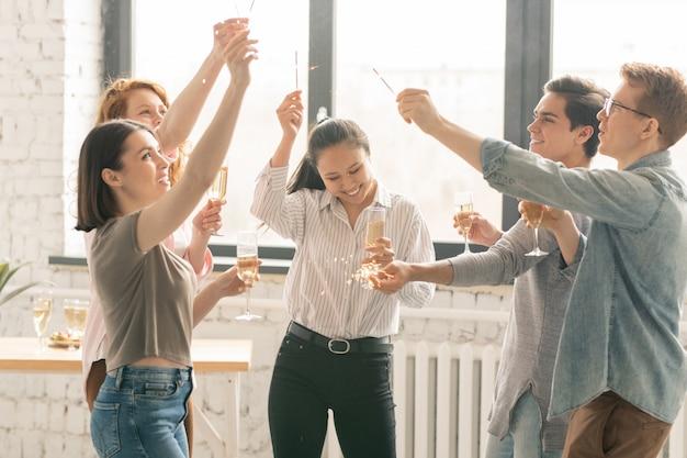 Dançando em casa festa