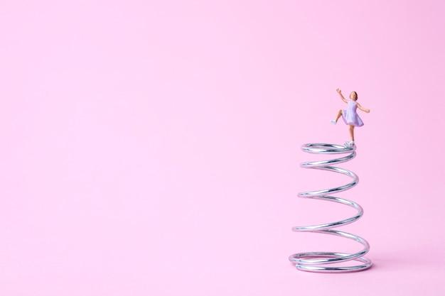 Dançando garota em miniatura na primavera
