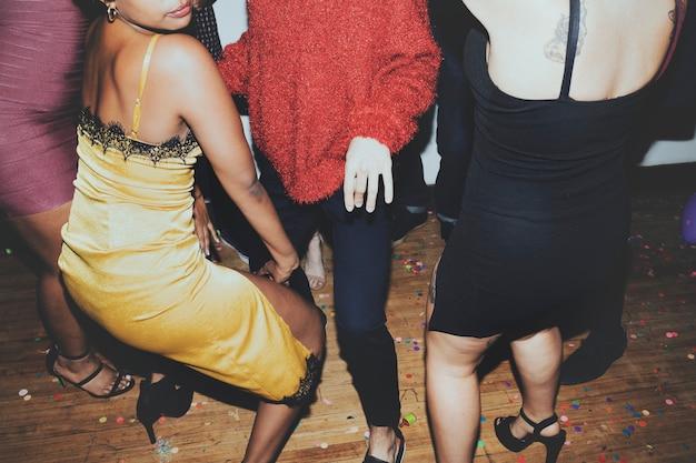 Dançando na festa com amigos