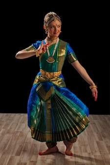 Dançarina bonita da dança clássica indiana bharatanatyam