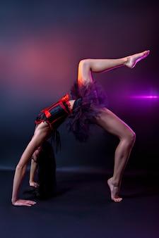 Dançarina burlesca em vestido vermelho-preto, estúdio tiro