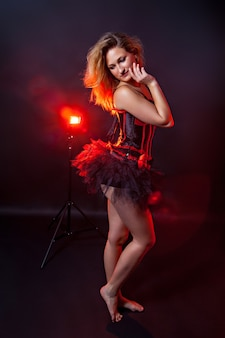 Dançarina burlesca, fundo preto e vermelho