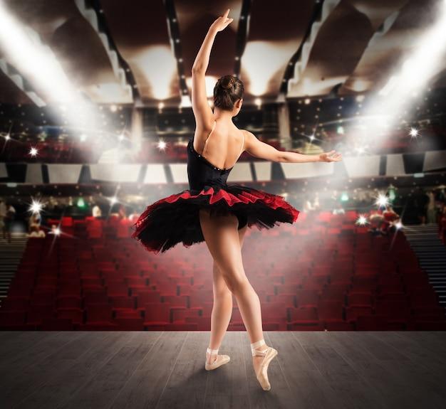 Dançarina clássica no palco de um teatro