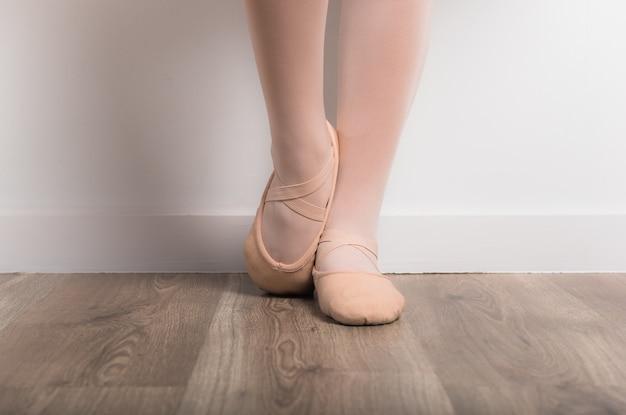Dançarina de bailarina adolescente em estúdio