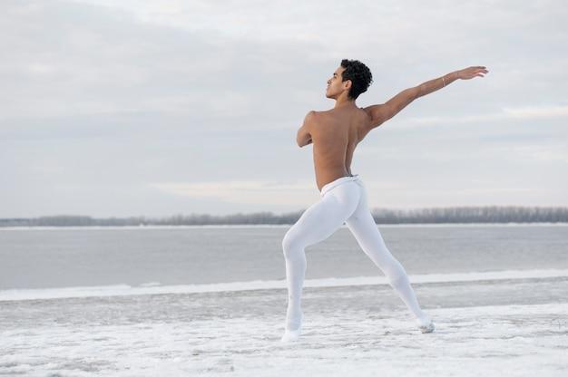 Dançarina de balé de vista lateral realizando