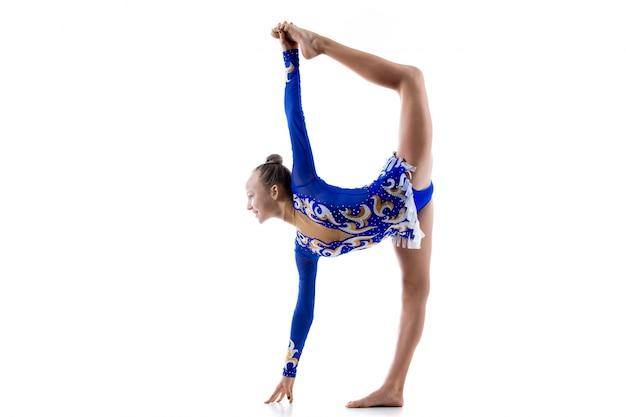 Dançarina de balé fazendo separações em pé