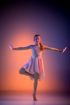 Dançarina de balé moderna adolescente