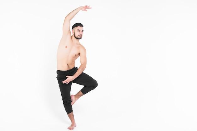 Dançarina de balé moderno realizando salto de arte com vazio