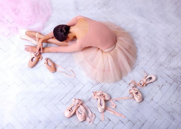 Dançarina de balé profissional descansando após o desempenho.