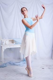Dançarina de balé profissional posando em branco