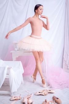 Dançarina de balé profissional posando em rosa