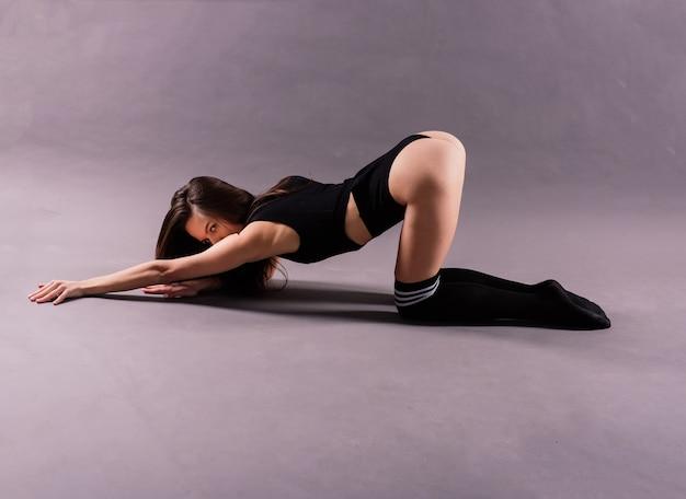 Dançarina de estilo moderno posando em um fundo de estúdio