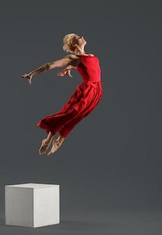 Dançarina de estilo moderno pulando