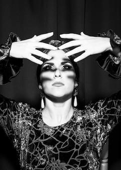 Dançarina de flamenca preto e branco olhando para as mãos