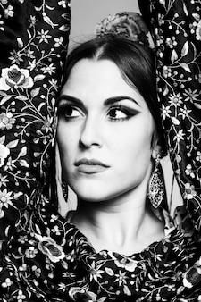 Dançarina de flamenca preto e branco olhando para longe