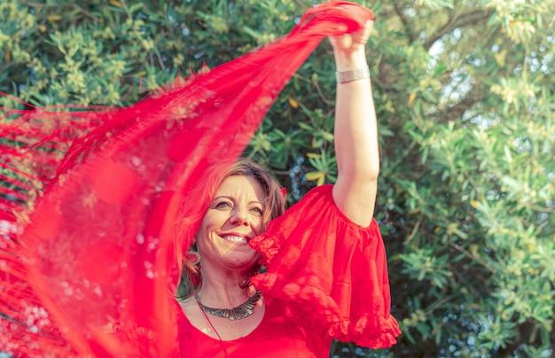 Dançarina de flamenco em vestido vermelho e com dança xale espanhol