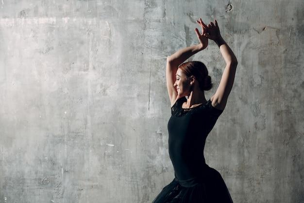Dançarina de flamenco feminino de vestido preto